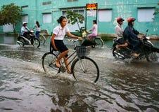 Den Ho Chi Minh staden, loodtidvatten, översvämmade vatten Royaltyfri Bild