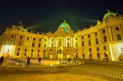 Den Hofburg slotten från St Michael Square i Wien, Österrike royaltyfria bilder