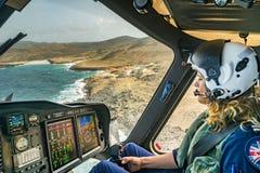 Den holländska karibiska coastguarden - kvinnligpilot över Aruba royaltyfri bild