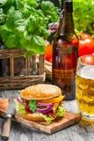 Homemad hamburgare och en kall öl royaltyfria bilder