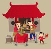 Den Hong Kong familjen går till den kinesiska templet under den kinesiska festivalen för det nya året Royaltyfri Foto