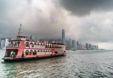 Den Hong Kong hamnen med färjan, dimma, fördunklar under regnig säsong Royaltyfria Foton