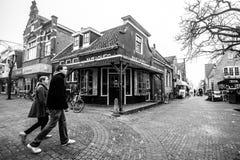 Den Hoorn, os Países Baixos - 25 de fevereiro de 2010: Povos que andam abaixo da rua na cidade pequena Den Hoorn na ilha de Texe imagens de stock