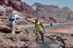 Den Hormuz ön, Persiska viken, tre man resande till och med Iran Arkivbild