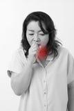 Den hostande kvinnan lider från förkylning, influensa, respiratorisk fråga Arkivbild