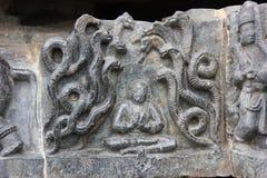 Den Hoysaleswara tempelväggen sned med skulptur av Prahlada omgav vid giftormar Fotografering för Bildbyråer