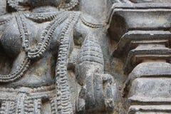 Den Hoysaleswara tempelväggen som snider visa ett gudinnehav, sörjer kotten Royaltyfria Foton