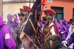 Den Hree mannen med soldaten kostymerar att gå till och med processionen av San Bartolome de Becerra, Antigua, Guatemala Royaltyfria Foton