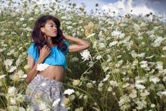 Den härliga afrikansk amerikanflickan tycker om sommardag Fotografering för Bildbyråer