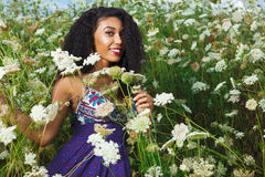 Den härliga afrikansk amerikanflickan tycker om sommardag Royaltyfria Foton