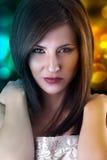 Den härliga brunettkvinnan i damunderkläder med förföriskt synar och ser Royaltyfri Foto