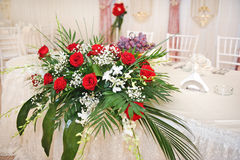 Den härliga buketten av steg blommor på tabellen Bröllopbukett av röda ro Elegant bröllopbukett på tabellen på restaurangen Royaltyfri Bild