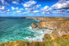 Den härliga corniska kusten Bedruthan kliver Cornwall England UK den corniska norrkusten nära Newquay, i att bedöva färgglade HDR Arkivfoton