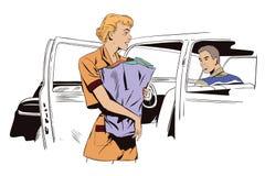 Den härliga flickan går med packen till bilen Royaltyfri Bild