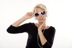 den härliga flickan lyssnar musik till Fotografering för Bildbyråer