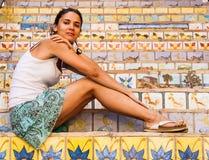 Den härliga flickan på trappan dekorerade med keramiska tegelplattor Fotografering för Bildbyråer
