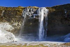 Den härliga glansen av den djupfrysta Seljalandsfoss vattenfallet, Island Arkivbilder