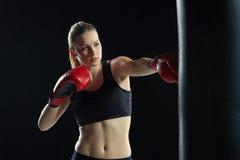 Den härliga kvinnan boxas på svart bakgrund Royaltyfria Foton
