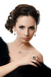 Den härliga kvinnan med dyra smycken Royaltyfria Bilder