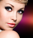 Den härliga kvinnan med utformar synar makeup. Royaltyfri Fotografi