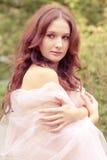 Den härliga kvinnan med vit färgar scarfen Arkivfoto