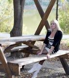 Den härliga kvinnan på semestern på sjön, nedgång Royaltyfri Bild