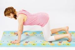 Den härliga kvinnan som gör sträckning, övar Royaltyfri Foto