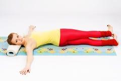 Den härliga kvinnan som gör sträckning, övar Arkivfoto