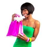 Svart kvinna med shopping hänger lös Fotografering för Bildbyråer