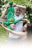 Den härliga lyckliga unga familjen med behandla som ett barn Royaltyfri Bild