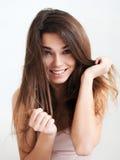 Den härliga skratta flickan med långt hår Fotografering för Bildbyråer