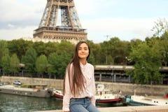 Den härliga studentflickan har gyckel i Paris Royaltyfri Foto