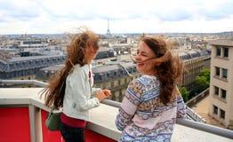 Den härliga studentflickan har gyckel i Paris Fotografering för Bildbyråer