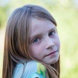 Den härliga unga flickan utomhus, ståendebarn stänger sig upp Royaltyfri Foto