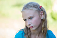 Den härliga unga flickan utomhus, ståendebarn stänger sig upp Arkivbild