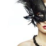 Den härliga unga kvinnan i svart mystiskt venetian maskerar Arkivfoton
