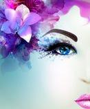 Den härliga unga kvinnan ser rak Ljus blommande orkidé dekorerat abstrakt hår Royaltyfri Fotografi