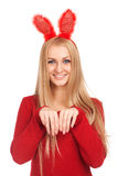 Den härliga unga kvinnan som ha på sig kaninen, gå i ax Arkivfoton