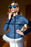 Den härliga unga sexiga kvinnan med långt blont hår med det naturliga sminket som bär tillfällig jeans för höstklädergrov bomulls Royaltyfri Bild