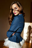 Den härliga unga sexiga kvinnan med långt blont hår med det naturliga sminket som bär tillfällig jeans för höstklädergrov bomulls Arkivbilder