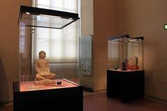 Den härliga utställningen av egyptiska kulturföremål i enormt exponeringsglas inneslutade socklar, Louvre, Paris, Frankrike, 2016 Royaltyfria Bilder
