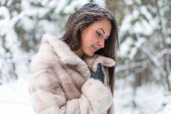 Den härliga vinterståenden av den unga kvinnan parkerar in Royaltyfri Fotografi