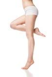 Den härliga våta foten, kvinnor lägger benen på ryggen på en vit Royaltyfria Bilder