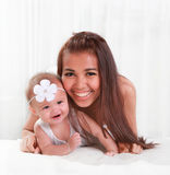 Den härligt mamman och gulligt behandla som ett barn leende Arkivfoto
