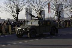 Den Humvee harnesken på militar ståtar i Lettland Arkivbilder