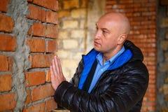 Den huvudsakliga byggmästaren kontrollerar kvaliteten av att lägga för tegelsten arkivfoton