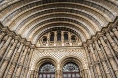 Den huvudsakliga dörren av naturhistoriamuseet london spridde ut ljus från molnig dag Royaltyfria Bilder
