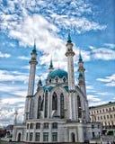 Den huvudsakliga dragningen av Kazan är den berömda Kulen-Sharif på bakgrunden av en molnig himmel arkivfoto