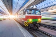 Den huvudsakliga elektriska lokomotivet av passageraredrevet på stationen royaltyfria foton