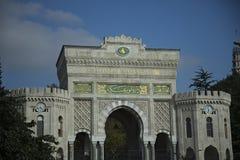 Den huvudsakliga fasaden av det Istanbul universitetet Arkivfoto